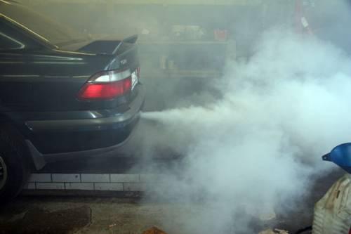 О том, что в цилиндрах присутствует влага, свидетельствует белый дым.