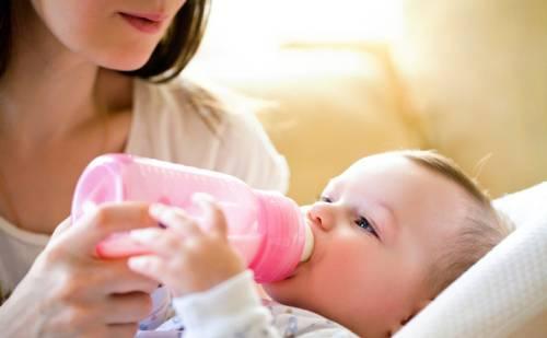 Как правильно держать бутылочку при кормлении