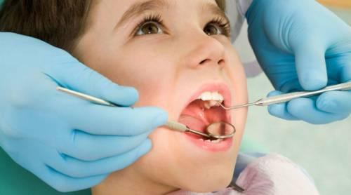 Как лечат кариес молочных зубов