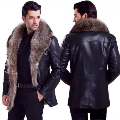 Мужчина в зимней кожаной куртке